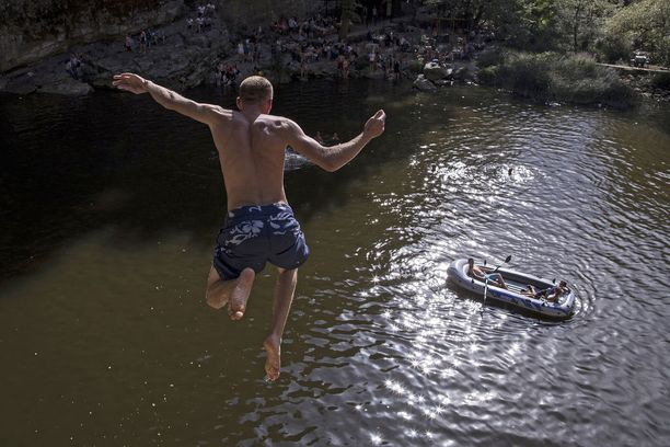Ihmiset ovat nauttineet säästä ja viilentyneet Mirushan putouksilla Kosovossa.