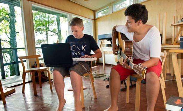 Vuosaaren seurakunnan musiikkiriparin rippikoululaisia kesällä 2013.
