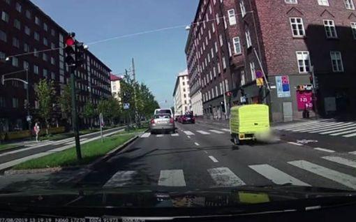 Koppimopo törkyili, ahdisteli pyöräilijöitä ja ajoi päin punaisia pyörätietä pitkin Mechelininkadulla Helsingissä – katso video