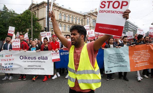 Turvapaikanhakijat marssivat perjantaina Maahanmuuttovirastolle vastustamaan pakkopalautuksia.
