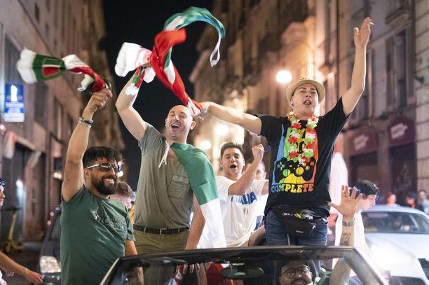 Jalkapallofanit tuhlaavat aikaansa merkityksettömään viihteeseen, kirjoittaa Sanna Ukkola. Italian kannattajat juhlivat Euroopan mestaruutta antaumuksella.