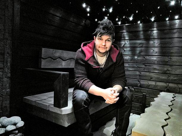 Lietolainen Mikko Tuomi on kokenut puurakennushommissa. Komea sauna pääsi someen ja sai siellä yli 8000 tykkäystä.