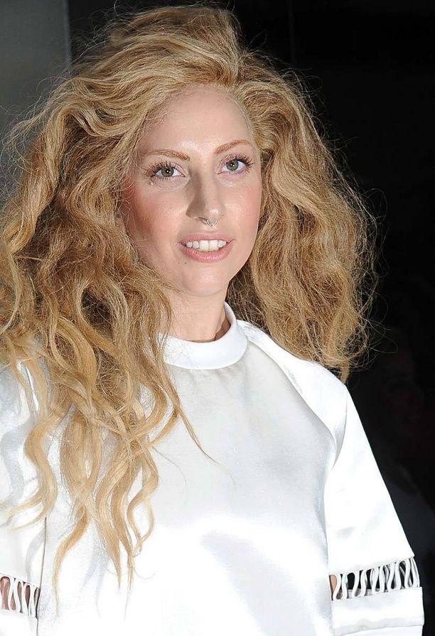 Kameleonttina tunnettu Lady Gaga piristää tyyliään vaihtamalla vaikka kulmien väriä.