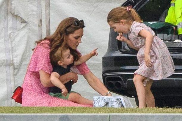 Herttuatar Catherinella piti kiirettä lasten kanssa.