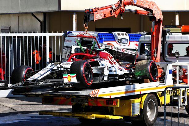 Kimi Räikkönen rysäytti ulos Parabolica-mutkassa myös perjantain harjoituksissa.