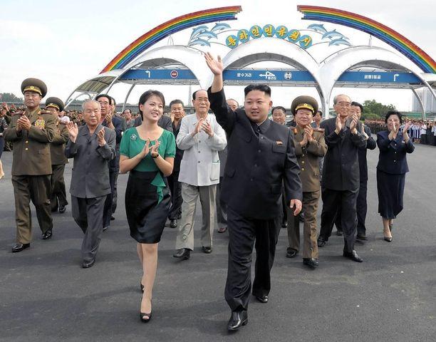 Nuori johtaja vuonna 2012 yhdessä vaimonsa Ri Sol-jun kanssa.