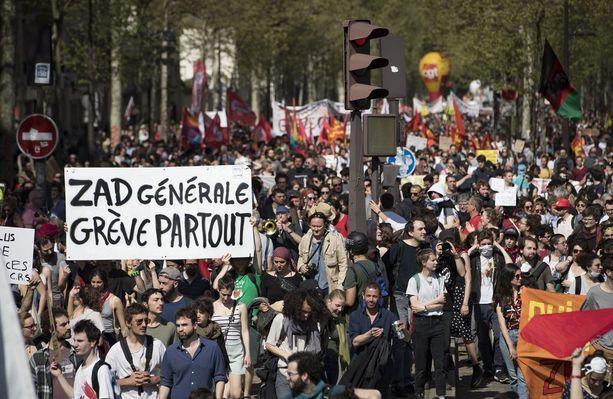 Muun muassa virkamiehet, rautatietyöläiset, Air Francen työntekijät ja opiskelijat osallistuivat tänään maanlaajuisiin protesteihin.