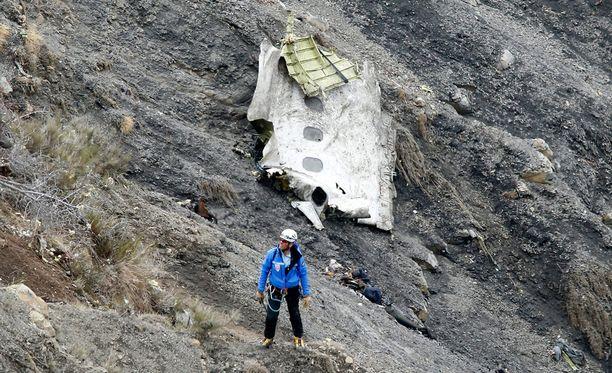 Perämiehen tahallaan aiheuttamaksi epäillyssä turmassa kuoli yhteensä 150 ihmistä. Kuvassa pelastustyöntekijä paikalla keskiviikkona.