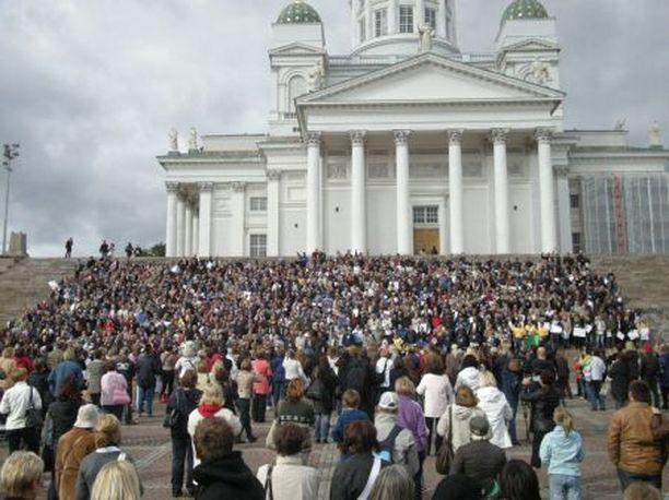 ME on Suomessa. Tuomiokirkon portaille nousi 1281 Markkua.