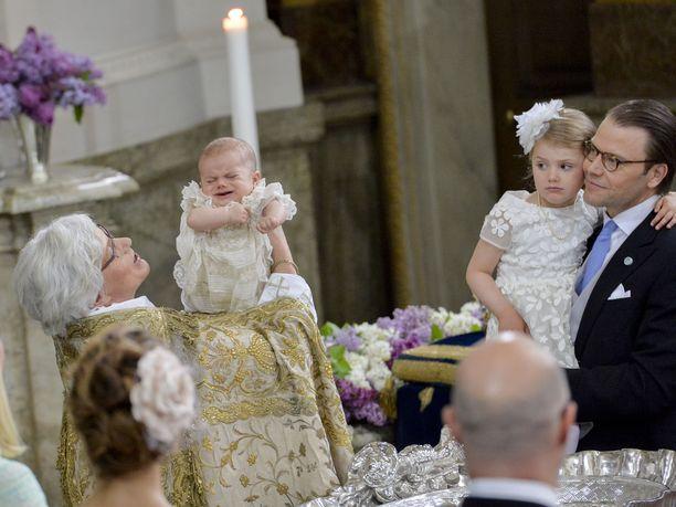 Estelle sai vuonna 2016 pikkuveljen. Kuva prinssi Oscarin kastetilaisuudesta.