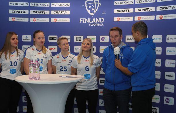 Päävalmentaja Lasse Kurrosen (toinen oikealta) mukaan valintoja pohdittiin viimeiseen iltaan asti.