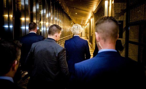 Vapauspuolue PVV:n johtaja Geert Wilders koki pettymyksen, kun etukäteen povattu suuri kannatus suli vaalien alla ja jytky jäi Hollannissa tulematta.