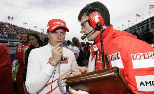 Australialainen Chris Dyer (oik.) oli Kimi Räikkösen kisainsinöörin tämän maailmanmestaruuskaudella.