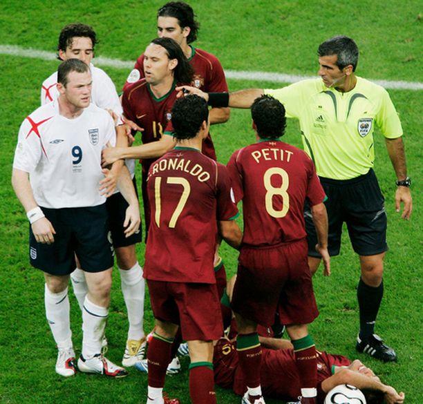 Wayne Rooney hermostui joukkuetoverinsa aktiivisesta roolista Rooneyn tallottua maassa makaavaa Ricardo Carvalhoa.