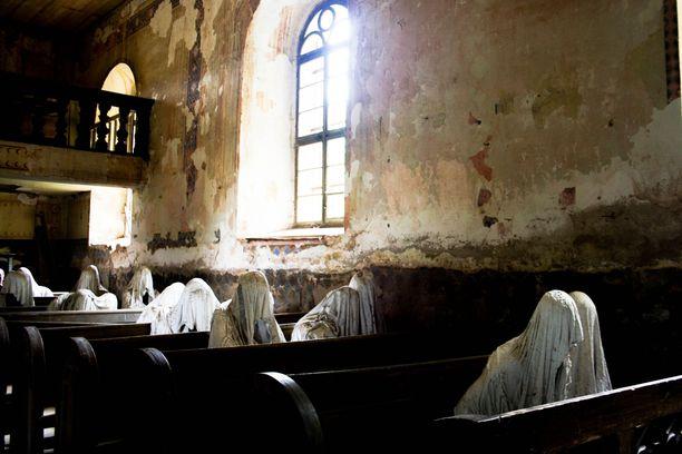 Haamuveistokset ovat tuoneet kirkkoon niin paljon vieraita, että katto saatiin korjattua pääsymaksutuloilla.