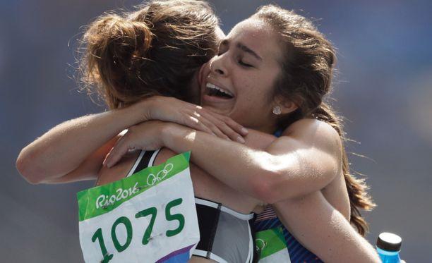 Uuden-Seelannin Nikki Hamblin (vas.) ja USA:n Abbey D'Agostino halasivat toisiaan maalissa.