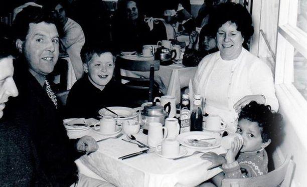 Andrew perheensä kanssa pikkupoikana.