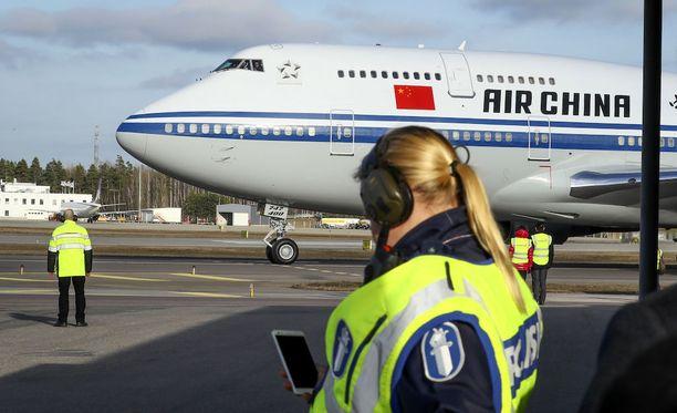 Kiinan presidentti saapui Suomeen - kentälle rullasi massiivinen kone