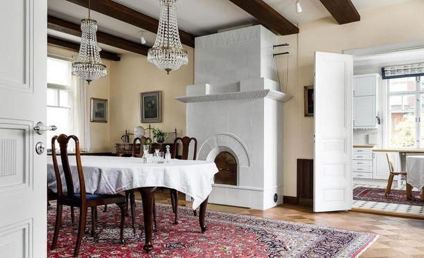 Oikeaan kartanoon kuuluvat toki upea kaluuni ja kattoparrut ruokailutilassa. Omaan kotiin samaa tyyliä voi tuoda koristeellisislla kattokruunuilla, suurilla matoilla ja tummilla huonekaluilla. Magnoliankeltainen seinämaali tuo lämmintä englantilaistyylistä tunnelmaa.