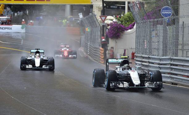 Kuvassa Lewis Hamilton ajoi vielä Nico Rosbergin takana.
