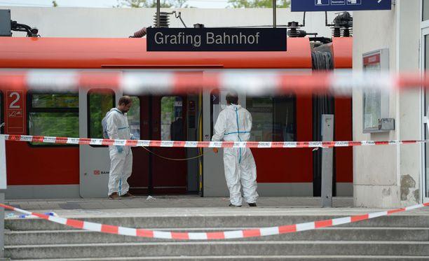 Yksi ihminen kuoli ja kolme haavoittui silmittömässä hyökkäyksessä lähijuna-asemalla.