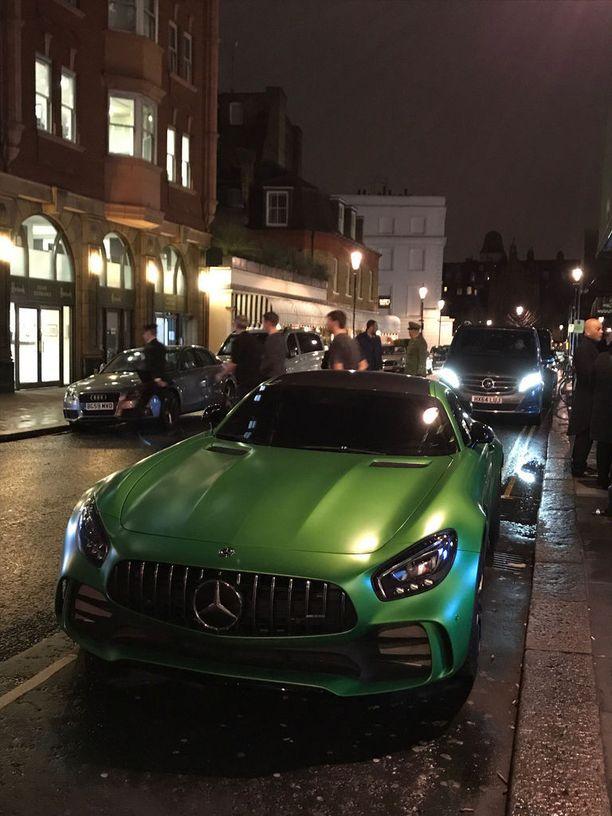 Tämä vihreä Mercedes-AMG GT oli parkkeerattuna Harrodsin sivuovelle hieman ennen sulkemisaikaan. Viereen kertyi luksusautoja blogiinsa metsästävän britin lisäksi muitakin uteliaita odottamaan, että omistaja saapuu ja auto lähtee liikenteeseen. Odotus palkittiin.