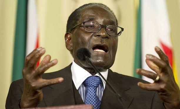 Maailman terveysjärjestön WHO:n pääjohtaja Tedros Adhanom Ghebreyesus sanoo miettivänsä uudelleen Zimbabwen presidentin Robert Mugaben (kuvassa) nimittämistä hyvän tahdon lähettilääksi.