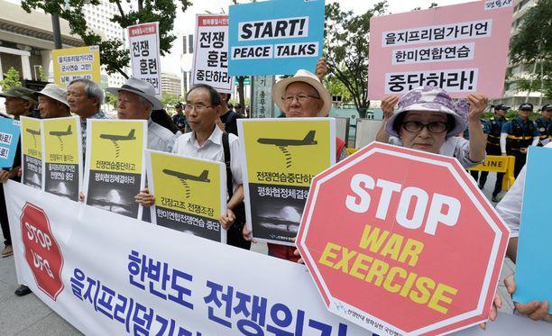 Etelä-Koreassa on osoitettu mieltä vuosittaisia Etelä-Korean ja Yhdysvaltojen yhteisiä sotaharjoituksia vastaan.