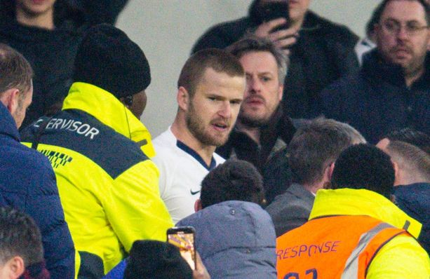 Järjestysmiehet saivat Eric Dierin kiinni ennen kuin hän ehti lyömään Tottenham-fania.
