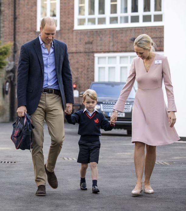 Prinssi George aloitti koulunkäynnin viime torstaina. Rinnalla isä, prinssi William, sekä koulun rehtori Helen Haslem.
