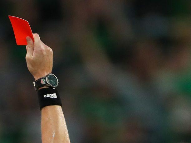 Valmentaja pillastui, kun hän näki joulukortin tuomarin kädessä.