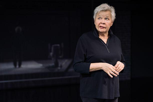 """Ulla Tapaninen kertoo pärjäävänsä """"turpavärkkinsä"""" ja kehollisen ilmaisun avuolla. Lava-ammuntaa-esityksissä ei käytetä lavasteita."""