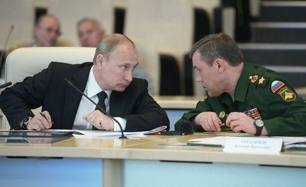 Presidentti Vladimir Putin ja kenraali Valeri Gerasimov seurasivat yhdessä taisteluharjoitusta juuri ennen voitonpäivää Moskovassa vuonna 2014.
