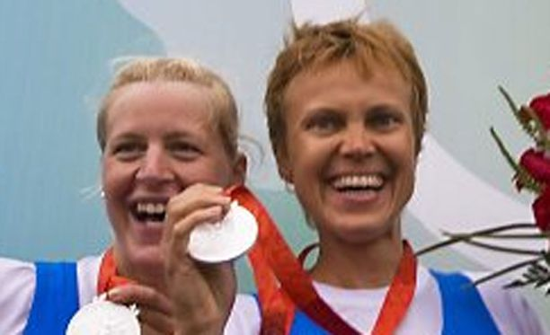 Minna Niemisen ja Sanna Stenin mitaliriemua Pekingissä 2008.