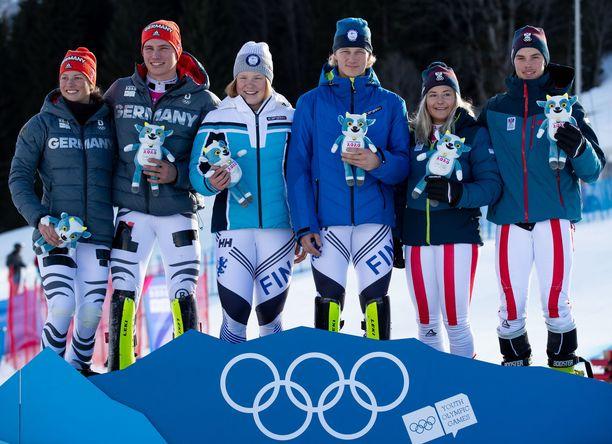 Rosa Pohjolainen ja Jaakko Tapanainen (keskellä) voittivat olympiakultaa.