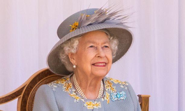 Kuningatar Elisabetin kotona temmelsi jo uusi koiranpentu, kun päivänsankari seurasi juhlaparaatia.