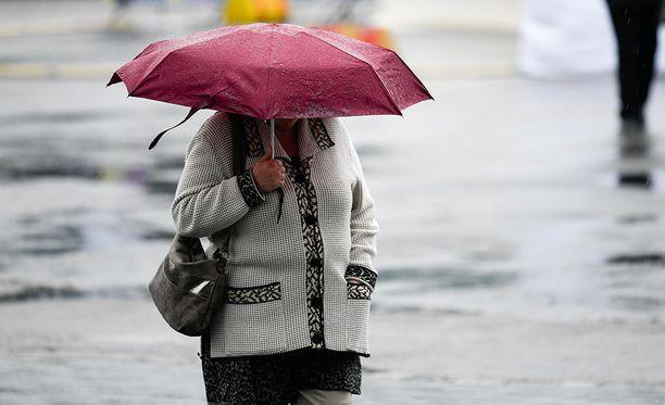 Viikko alkaa sateisena, mutta päivän kuluessa sateenvarjot voi jo jättää kotiin.