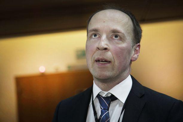 Perussuomalaisten puheenjohtaja Jussi Halla-aho arvostelee jälleen hallituksen maahanmuuttopolitiikkaa.