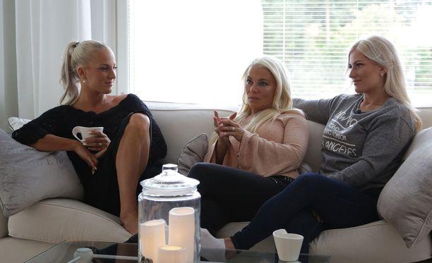 Pirke-sisko (keskellä) kasvoi Sebastian-veljen kanssa, Nanna (vasemmalla) ja Karoliina eivät ehtineet koskaan tavata tätä.