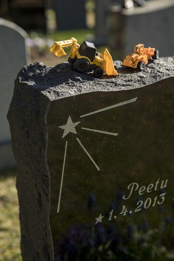 Teija vierailee Peetun haudalla edelleen usein. Hautakiven päälle hän on asetellut Peetun lempileluja.