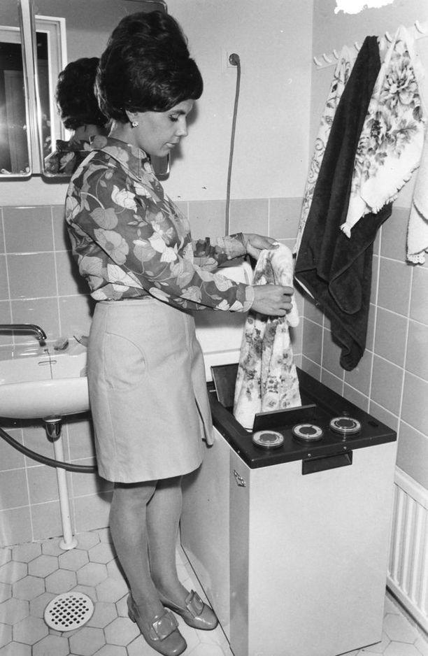 Upon päältätäytettävä pesukone vuodelta 1970.