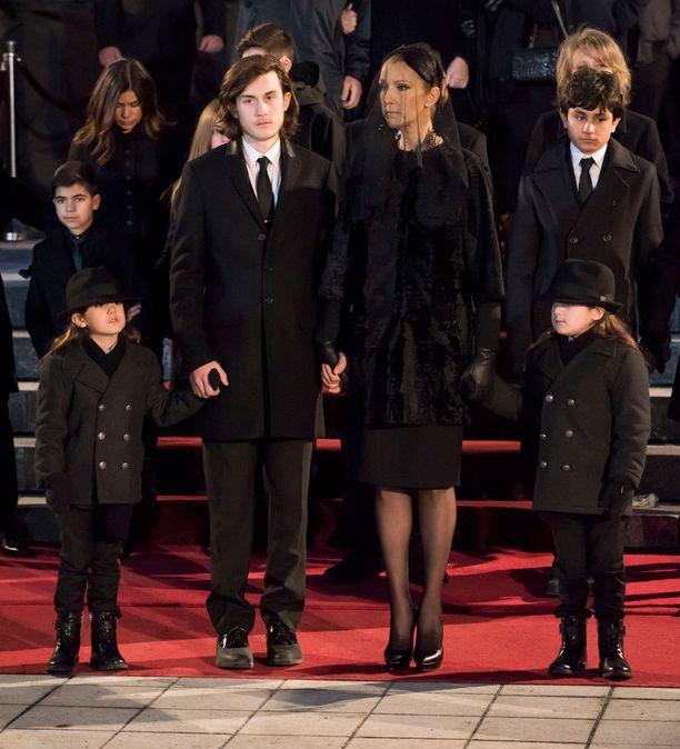 Céline Dion sekä lapset 14-vuotias René-Charles Angélil ja 5-vuotiaat kaksoset Eddy ja Nelson jättivät jäähyväiset René Angélilille 22. tammikuuta.