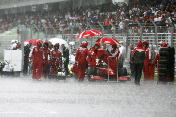 Monsuunikuuro keskeytti kauden 2009 Malesian GP:n.