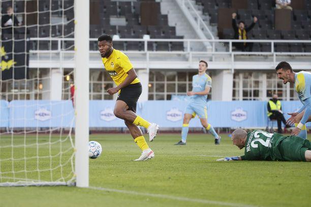 KuPSin Aniekpeno Udo tekee 1–0-maalin ohi Astanan Dmitriy Nepogodovin.