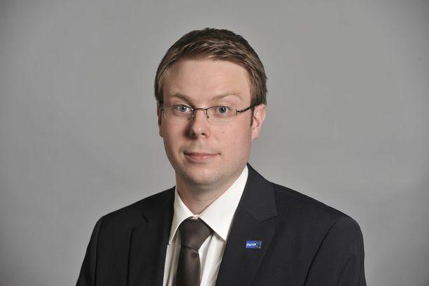 Uudistusta ovat eri yhteyksissä vastustaneet myös Vesa-Matti Saarakkala (s) ja Anna-Maja Henriksson (r).