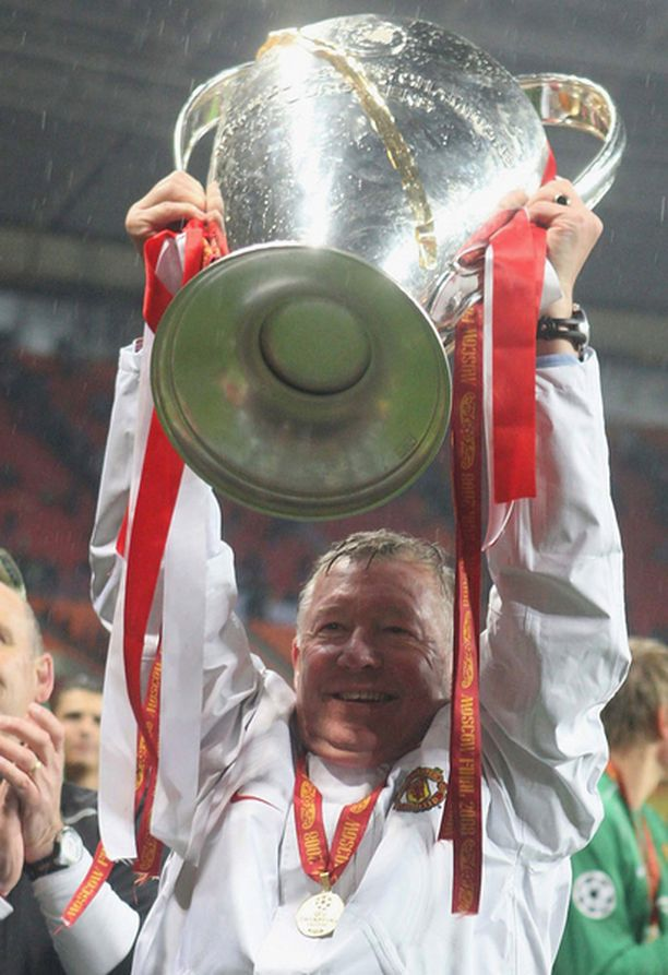 """Siinä se on! Sir Alex Ferguson nosti pokaalin """"Busby Babes"""" lempinimeä kantavien ManU-pelaajien muistolle."""