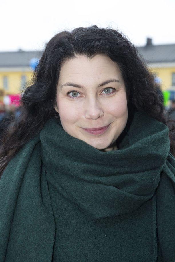 Kansanedustaja Emma Kari (vihr.) toimii myös Helsingin kaupungin kasvatus- ja koulutuslautakunnan suomenkielisen jaoston puheenjohtajana