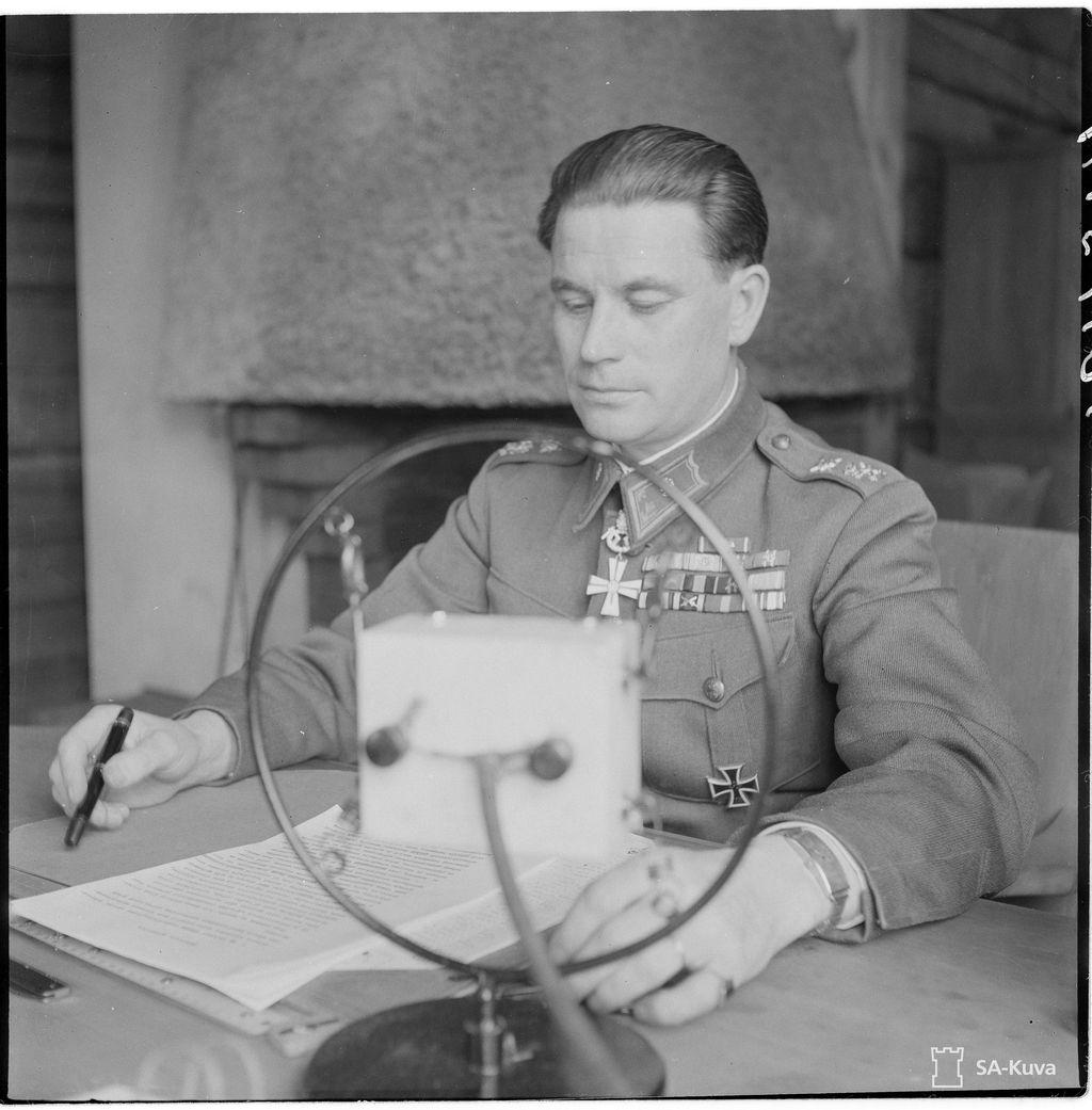 Kenraalimajuri Uno Fagernäs puhuu Vienan Radioon komentopaikastaan.