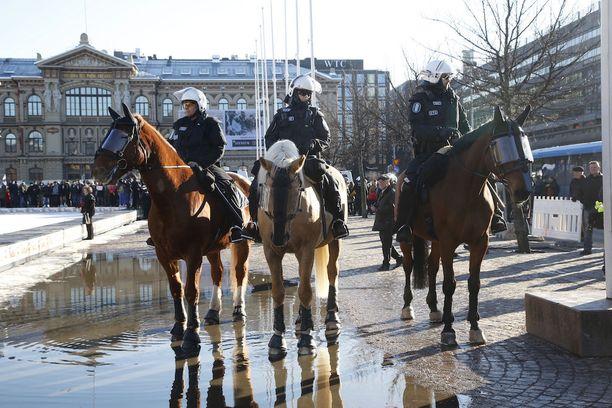 Poliisi oli näkyvästi läsnä lauantaina Rautatientorilla.