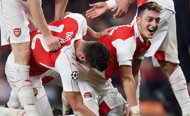 Arsenalin Olivier Giroud ja Mesut Özil juhlivat voittoa.